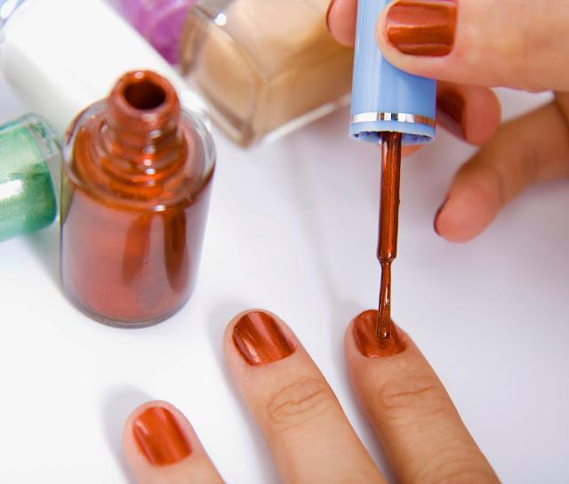 Pintarse las uñas viendo una serie