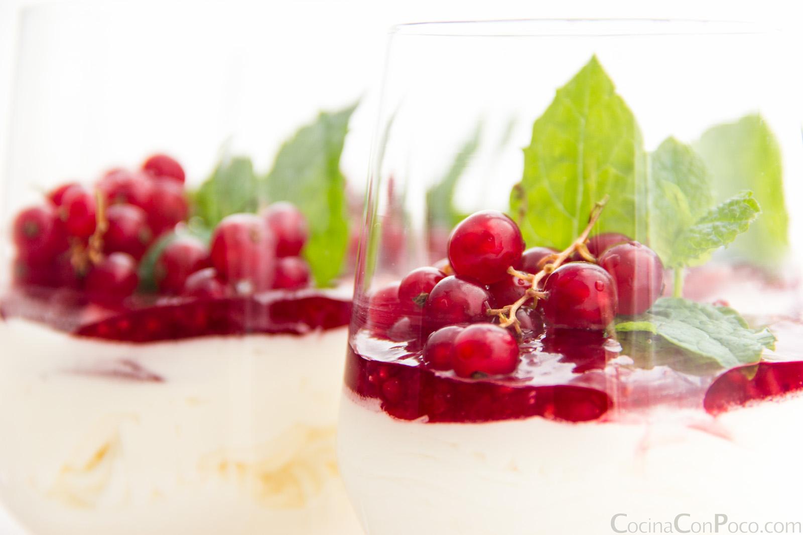 Mousse de yogur griego y frutos rojos receta facil - Mouse de yogurt ...