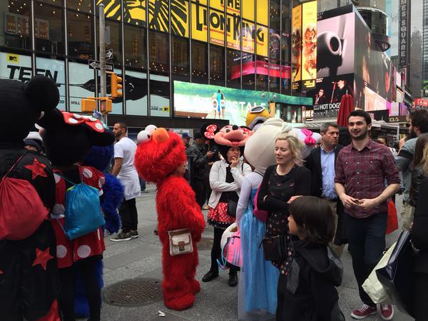'Hello Kitty' dan 'Minnie Mouse' bertumbuk Di Times Square