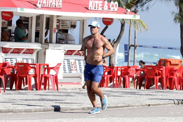 Juliano Cazarré correndo pela orla da Barra da Tijuca