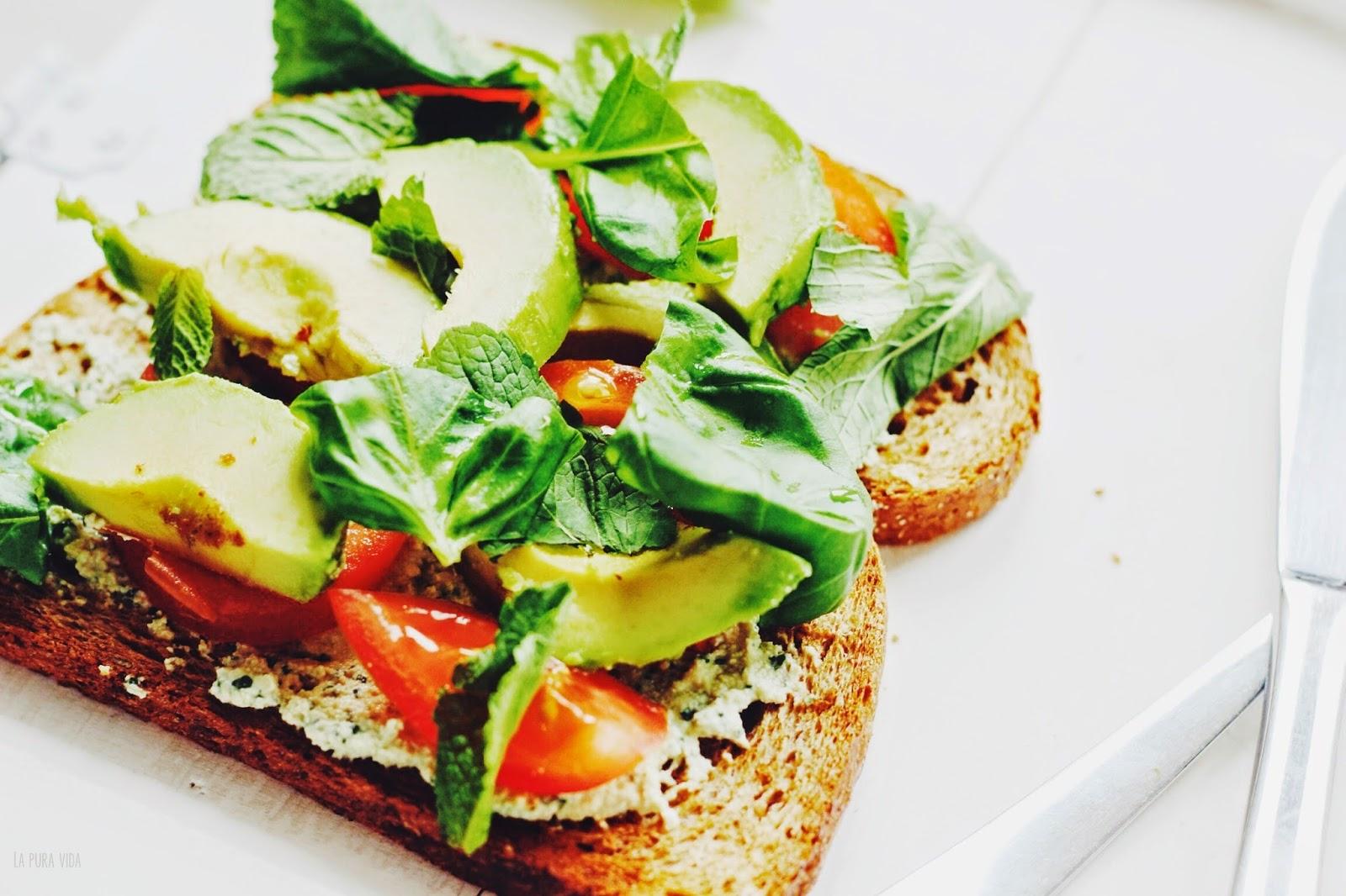 Broodje met Avocado, Tofoe en Verse Kruiden