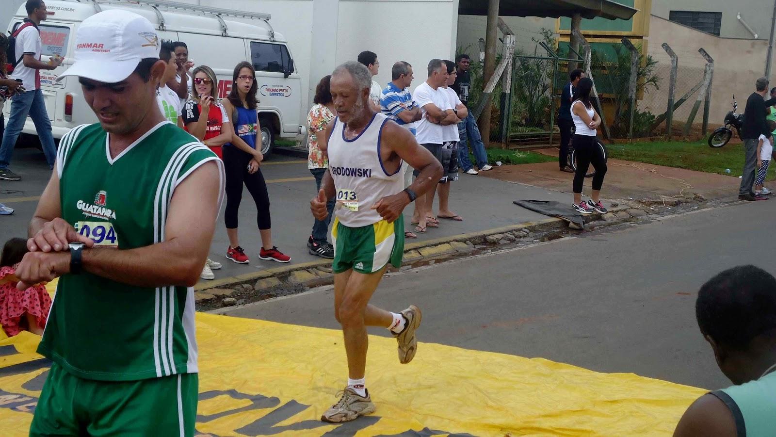 Foto 120 da 1ª Corrida Av. dos Coqueiros em Barretos-SP 14/04/2013 – Atletas cruzando a linha de chegada