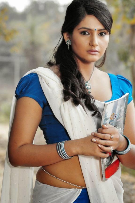 ragini dwivedi wardrobe malfunction at siima awards