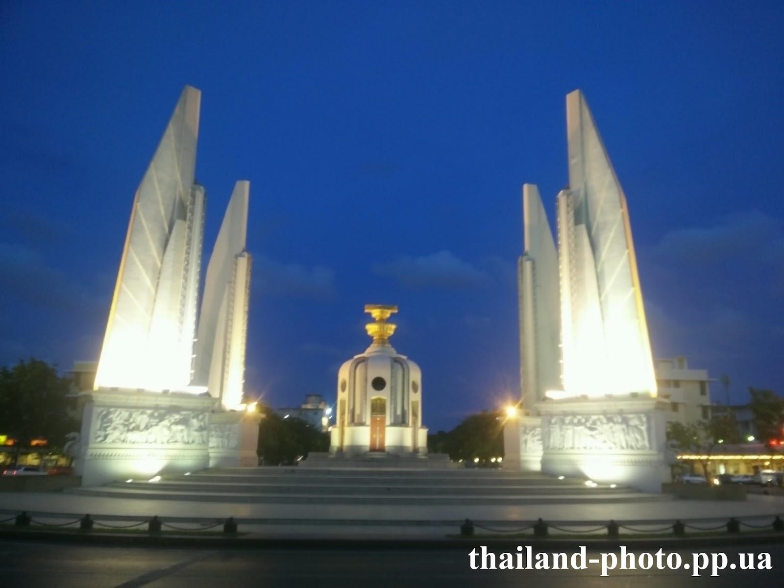 Монумент Демократии вечером с подсветкой