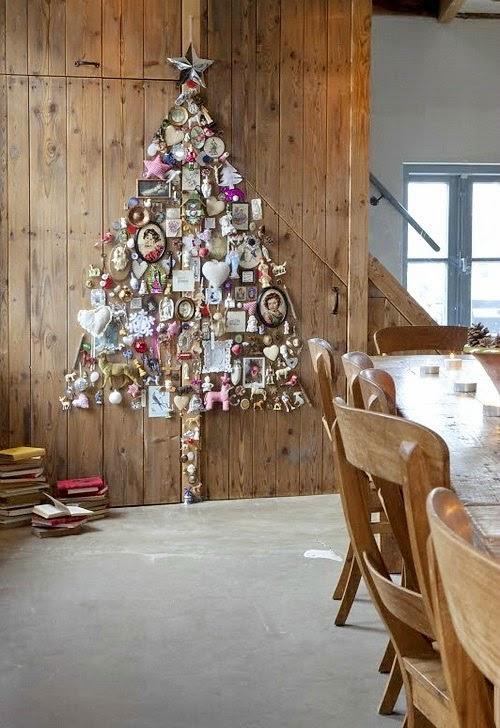 Arbol de Navidad de pared realizado con diferentes adornos