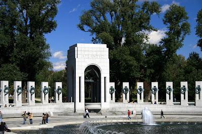 El Monumento Nacional a la Segunda Guerra Mundial es un monumento conmemorativo a los estadounidenses que sirvieron y murieron en la Segunda Guerra Mundial. Se encuentra en el National Mall de Washington D