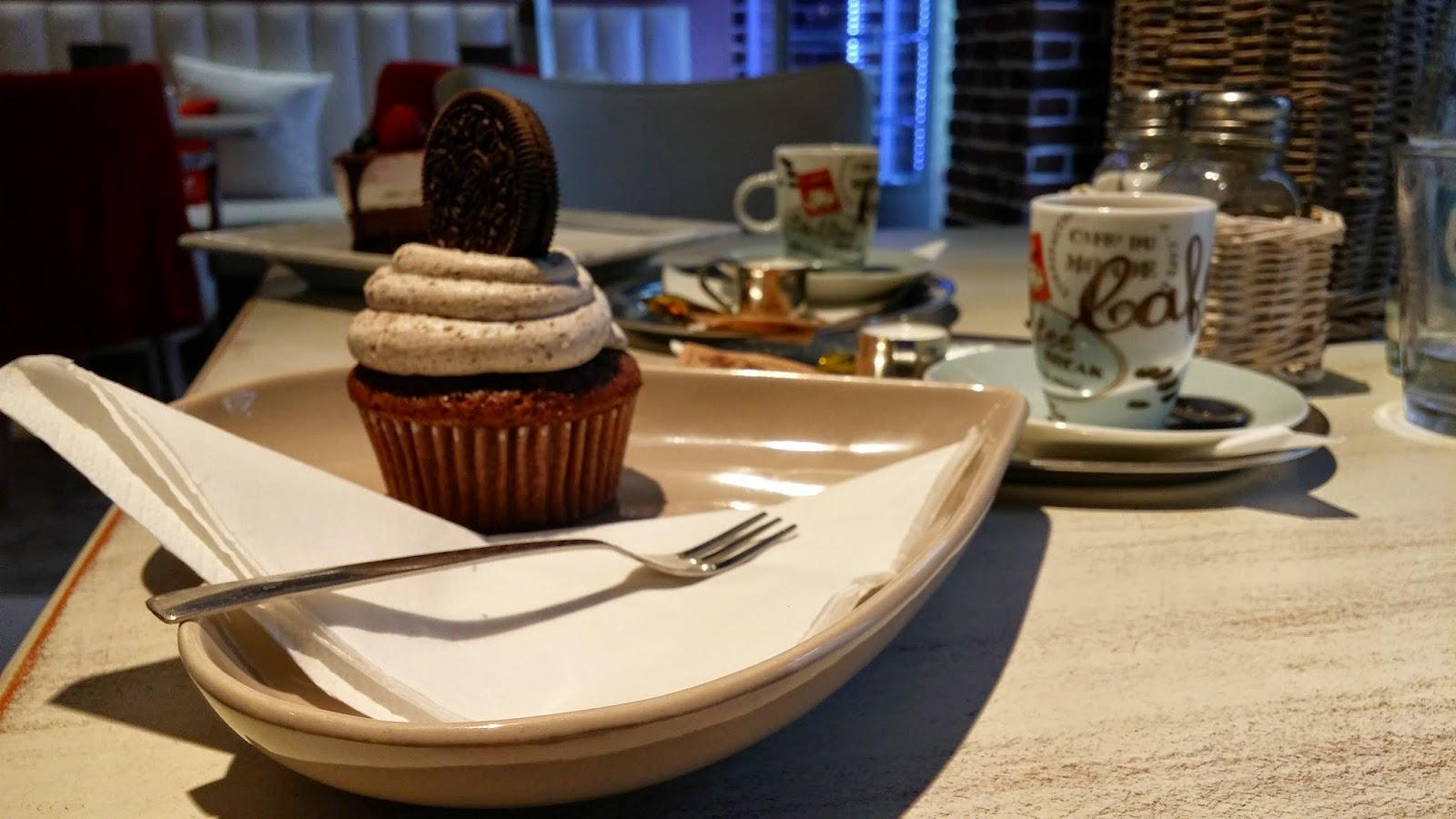 Oreo Cupcake v La Familia Café
