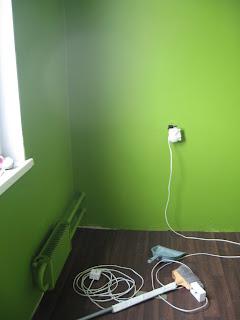 стены на кухне, второй слой зеленой краски, при дневной свете