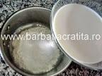 Prajitura cu lamaie preparare reteta crema - adaugarea laptelui
