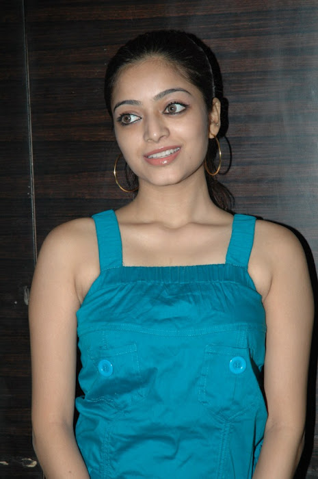 avan ivan movie janani iyer at deiva thirumagan premiere . hot images