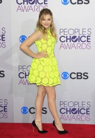 Na premiere do filme Sombras da Noite, Chloe arrasou com um vestido aveludado