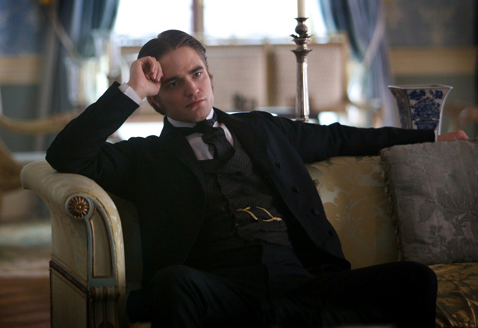 http://2.bp.blogspot.com/-ndke3xnGD8M/T3GarNuW3bI/AAAAAAAAUUc/p2tYmAK4uc0/s1600/Bel_Ami_Robert-Pattinson_movie_image-2.jpg