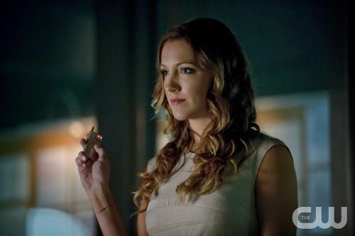 Arrow-S02E03-Broken-Dolls-Laurel-Sets-Up-Oliver-Hood-Trampa
