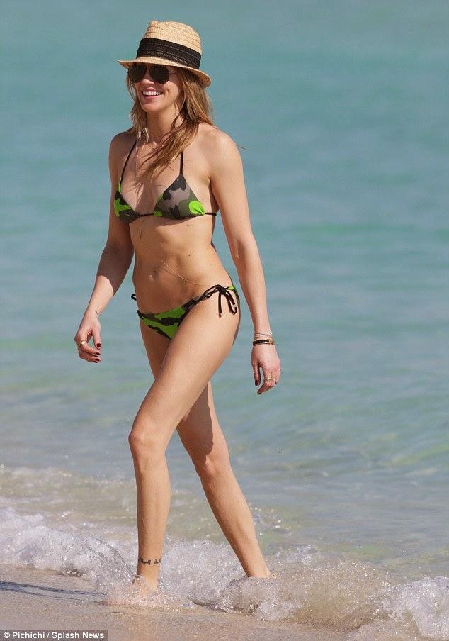 الممثلة الأمريكية كاتي كاسيدي بالبكيني على شاطىء ميامي