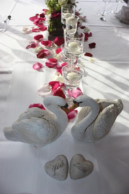 Schwäne in der Tischdekoration - Hochzeit am Riessersee in Garmisch-Partenkirchen