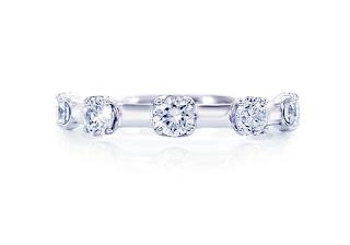 ダイヤモンドを5個配置した重ね着け用のリングの写真