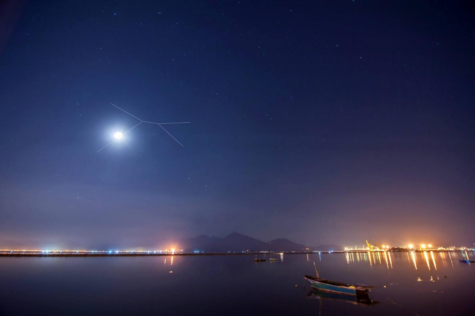 Cự Giải ôm chặt Mặt Trăng trên bầu trời Đà Nẵng. Tác giả : Khan G Nguyen.