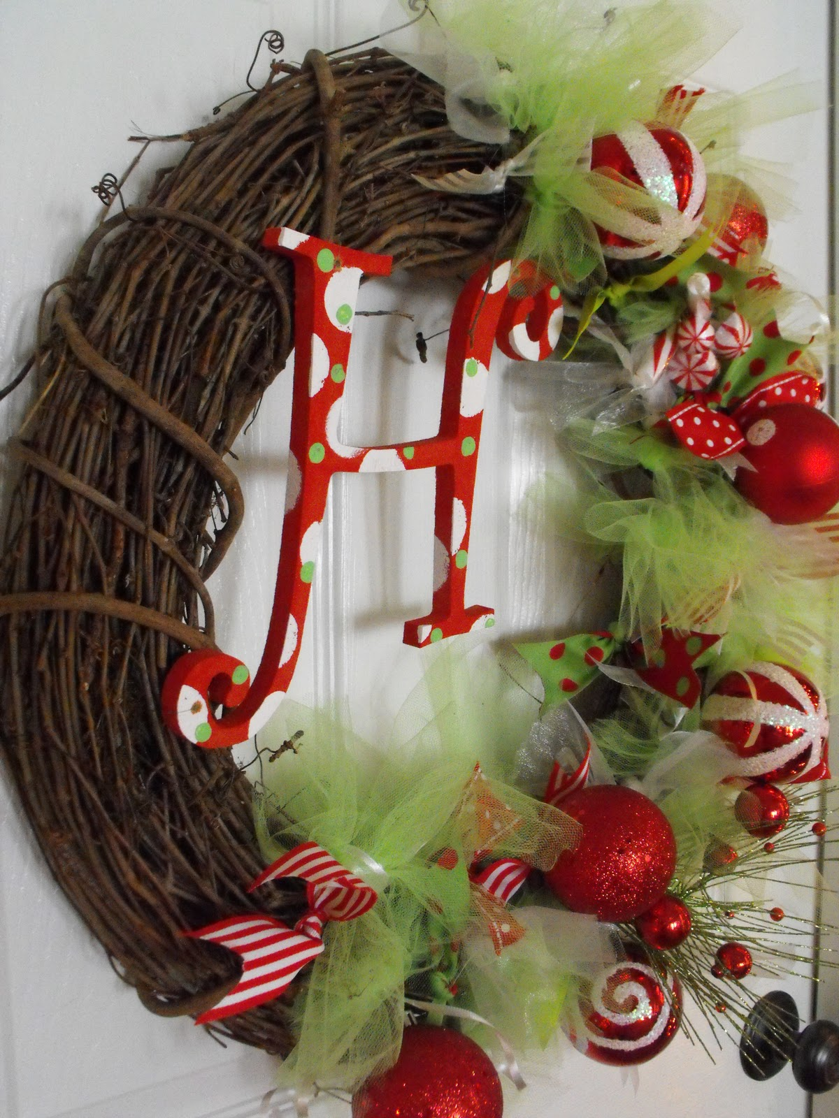 Are you always having no ideas to make your holiday home look beautiful, unique and eye-catching? If your answer is 'yes', you must have forgotten the ornaments hung on the front door. Christmas wreath is a very lovely symbol of holiday.