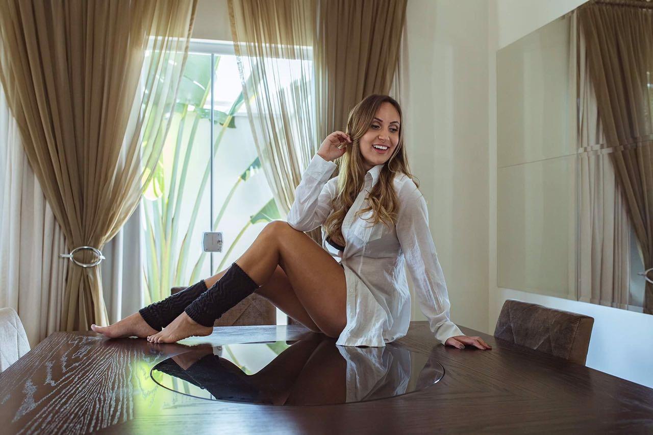 Prestes a completar 26 anos Tha Carmona realiza ensaio sensual e mostra que está em sua melhor fase
