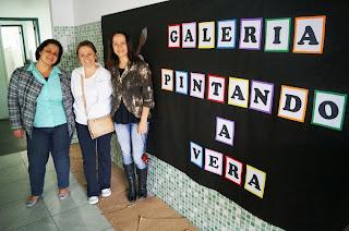 A diretora Andresa Queiroz apresenta a exposição dos alunos a diretora do Departamento Pedagógico da SME, professora Carla Rabello