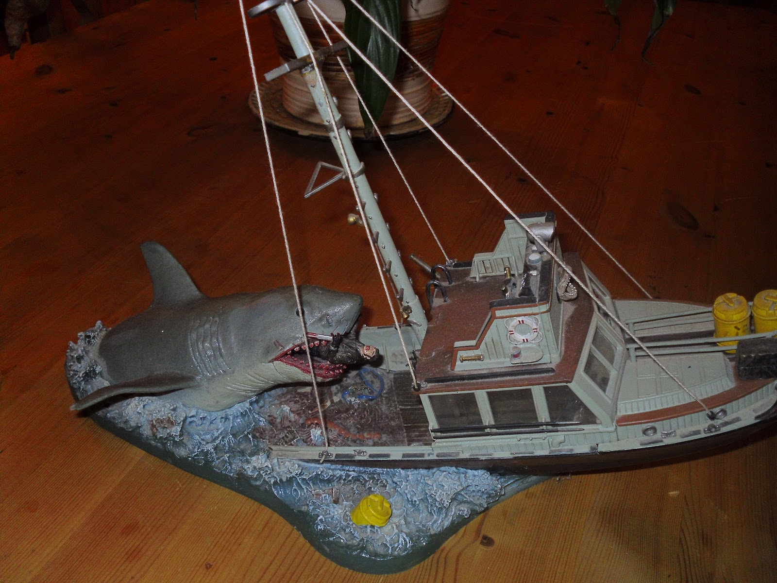 LOST ENTERTAINMENT: TOYS: JAWS COLLECTABLES