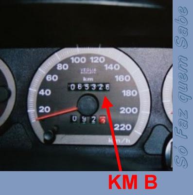 Anotando a quilometragem final para calcular a média de consumo de combustível.