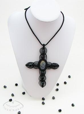 Makramaowy naszyjnik - krzyż 2