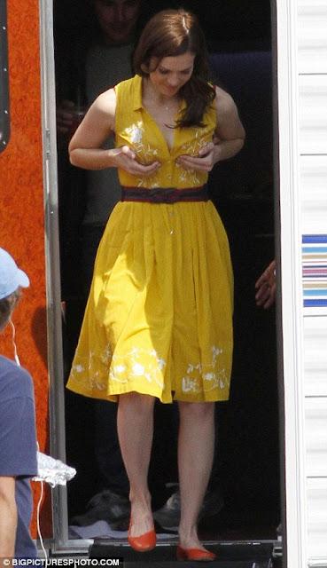 Mandy Moore Remas Payudaranya di Depan Umum - http://www.dewasaplus.com/