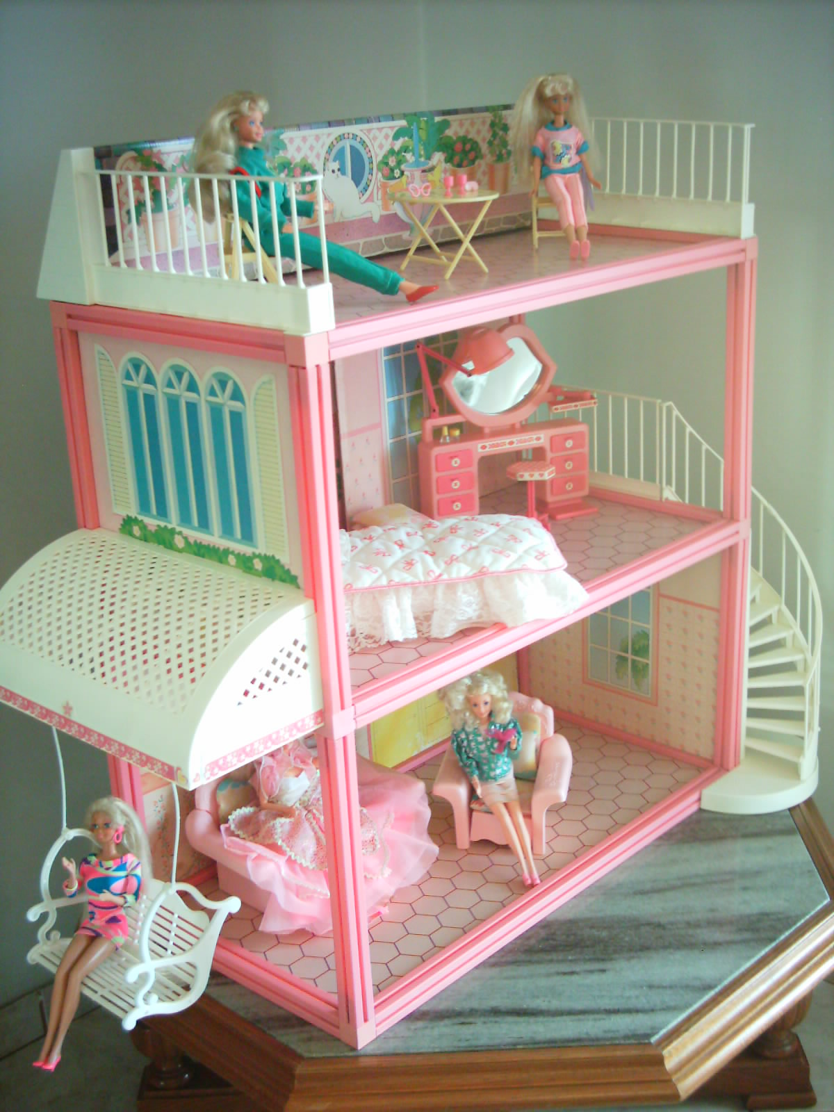 Ela é simples mais é tão lindinha mas que pena que não está a  #764930 1200x1600 Banheiro Da Barbie De Papelão