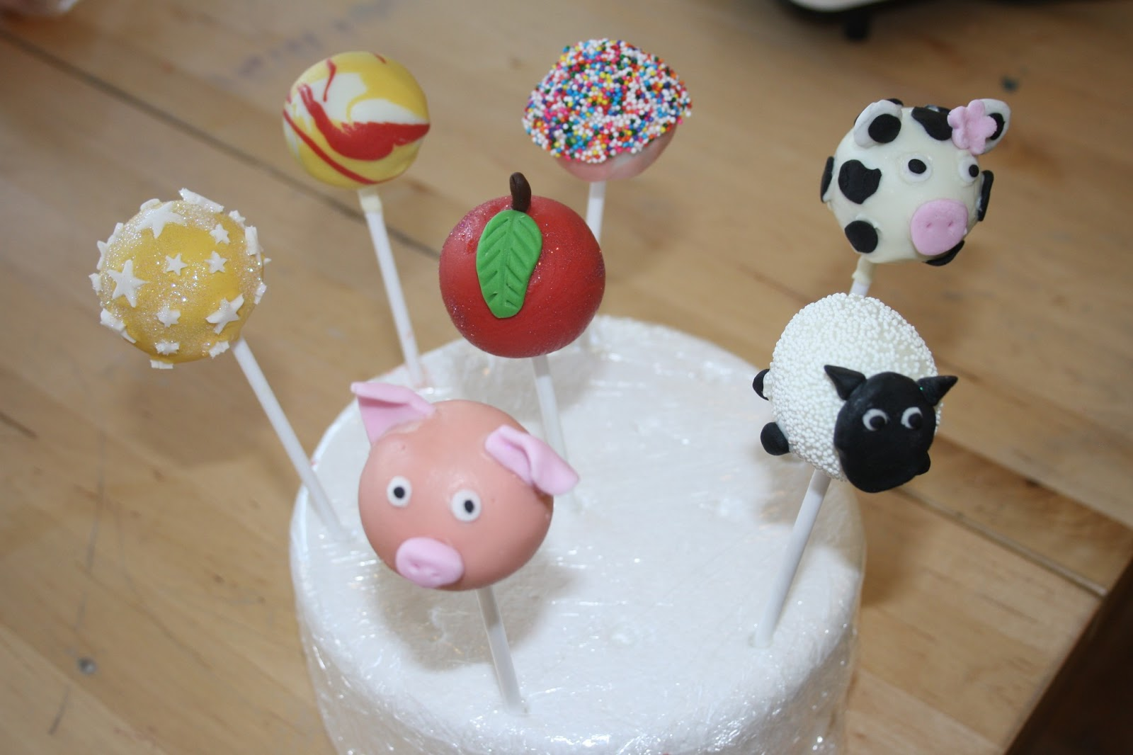 caroline makes cake pops decorating class pigs sheep and cows. Black Bedroom Furniture Sets. Home Design Ideas