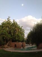 Lune et nuage au dessus de la piscine des Deux Tours en hiver