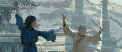 Aang (Noah Ringer) et Katara (Nicola Peltz) qui s'entraînent dans Avatar, Le Dernier maître de l'air