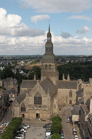 «Dinan - Saint-Sauveur» de © Guillaume Piolle/. Disponible bajo la licencia CC BY 3.0 vía Wikimedia Commons - http://commons.wikimedia.org/wiki/File:Dinan_-_Saint-Sauveur.jpg#/media/File:Dinan_-_Saint-Sauveur.jpg