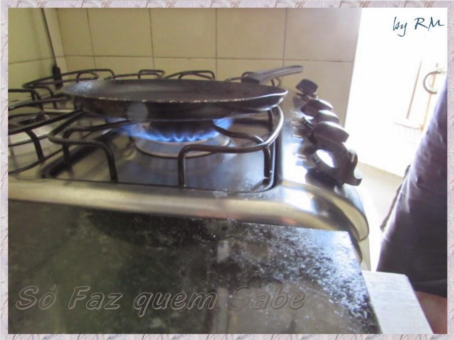 Pré-aquecer a frigideira para fritar o ovo.