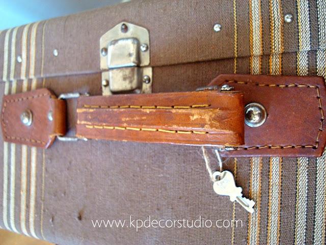 Maletas antiguas con asas de cuero y forro de tela color marrón