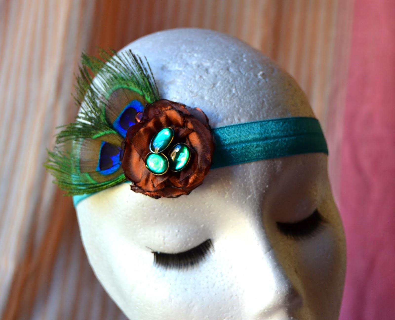 tocado tipo cinta elstica realizado con plumas de pavo real flor en organza de seda color bronce y botones de piedra en verde esmeralda