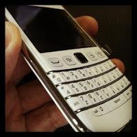 gambar bb bold 9790 warna putih, berita tentang blackberry bellagio putih dirilis di indonesia, spesifikasi lengkap bb bold putih