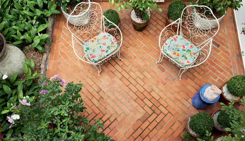 imagens jardins lindos:Vasos de buxinhos, dispostos organicamente, favorecem a atmosfera de