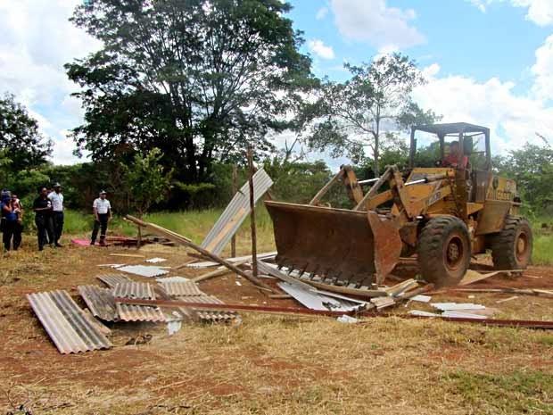 Operação remove nove obras ilegais no bairro Vila do Boa.