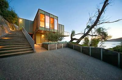 Diseño de casa moderna frente al mar ingreso principal
