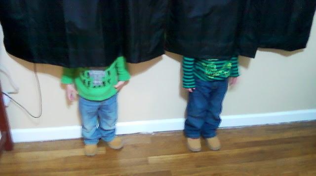 Niños quiénes totalmente ganan en el juego de las escondidas