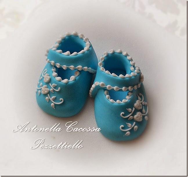 http://www.letortedipezzettiello.com/2014/04/scarpette-decorate-in-ghiaccia.html