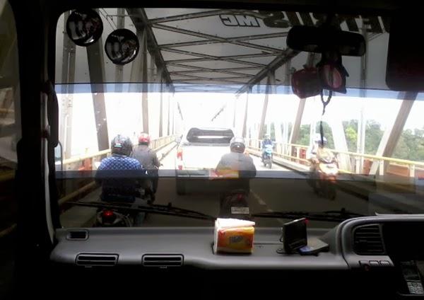 Foto Jembatan Mahakam dari Mobil Travel
