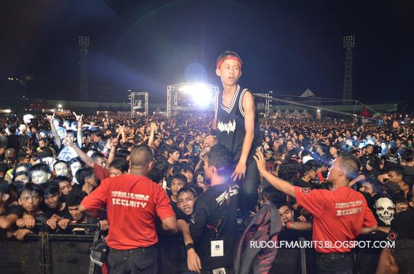 Antusias para begundal menyaksikan penampilan burgerkill di Bandung Berisik 2013