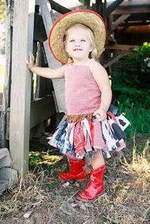 Foto Gambar Anak Perempuan Lucu Pakai Sepatu Boot