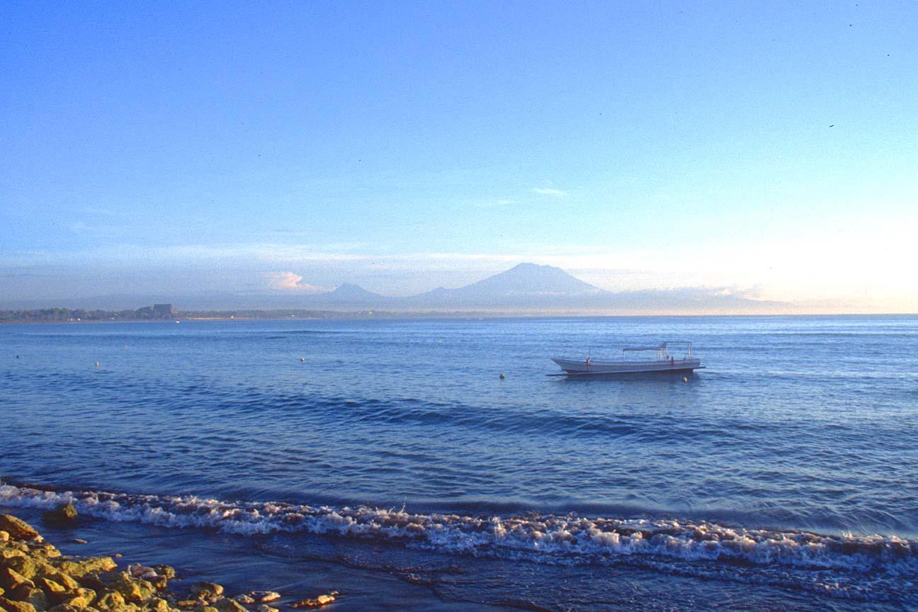 http://2.bp.blogspot.com/-nkjzokFqgH8/TdB0p8pTxeI/AAAAAAAAANU/CK66cO78-40/s1600/DPS+Bali+Sanur+beach+at+sunrise+with+Gunung+Agung+mountain+b.jpg