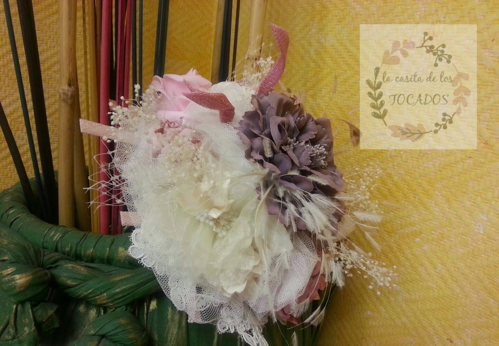 ramo vintage con flores de tela, flores secas, plumas , velo ,tul en tonos pastel