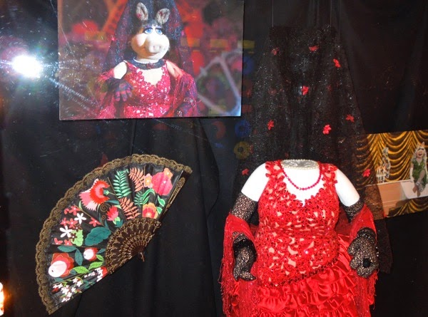 Miss Piggy Flamenco dress fan Muppets Most Wanted