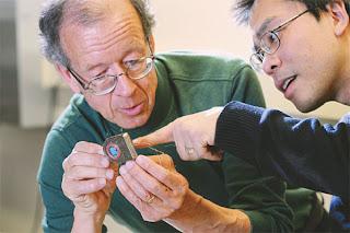 Los neuroingenieros Arto Nurmikko y Ming Ying examinan su prototipo