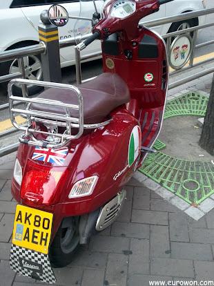 Moto coreana con matrícula de Reino Unido